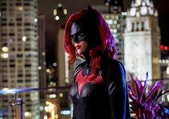 Batwoman | Série ganha pôster e nova imagem (olha o traje do Batman!)