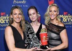 Brie Larson divide palco e prêmio de Melhor Luta com suas dublês!