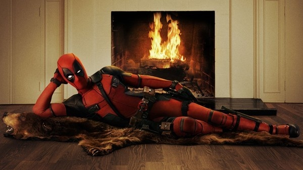 Deadpool deitado junto a uma lareira
