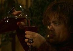 Game of Throne | Depois de copo, produção esquece garrafa d'água em cena