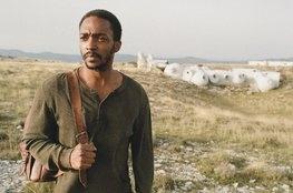 IO: O novo filme Netflix estrelado por Margaret Qualley e Anthony Mack