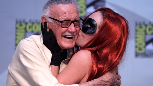 Stan Lee sendo beijado por uma fã